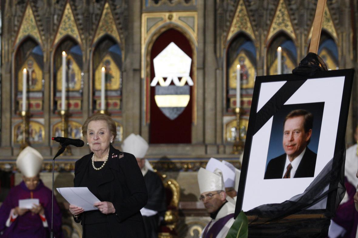 Madeleine Albrightová při projevu během pohřbu Václava Havla