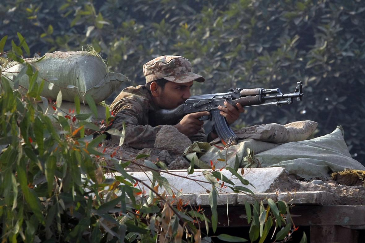 Pákistánská armáda před obsazenou školou