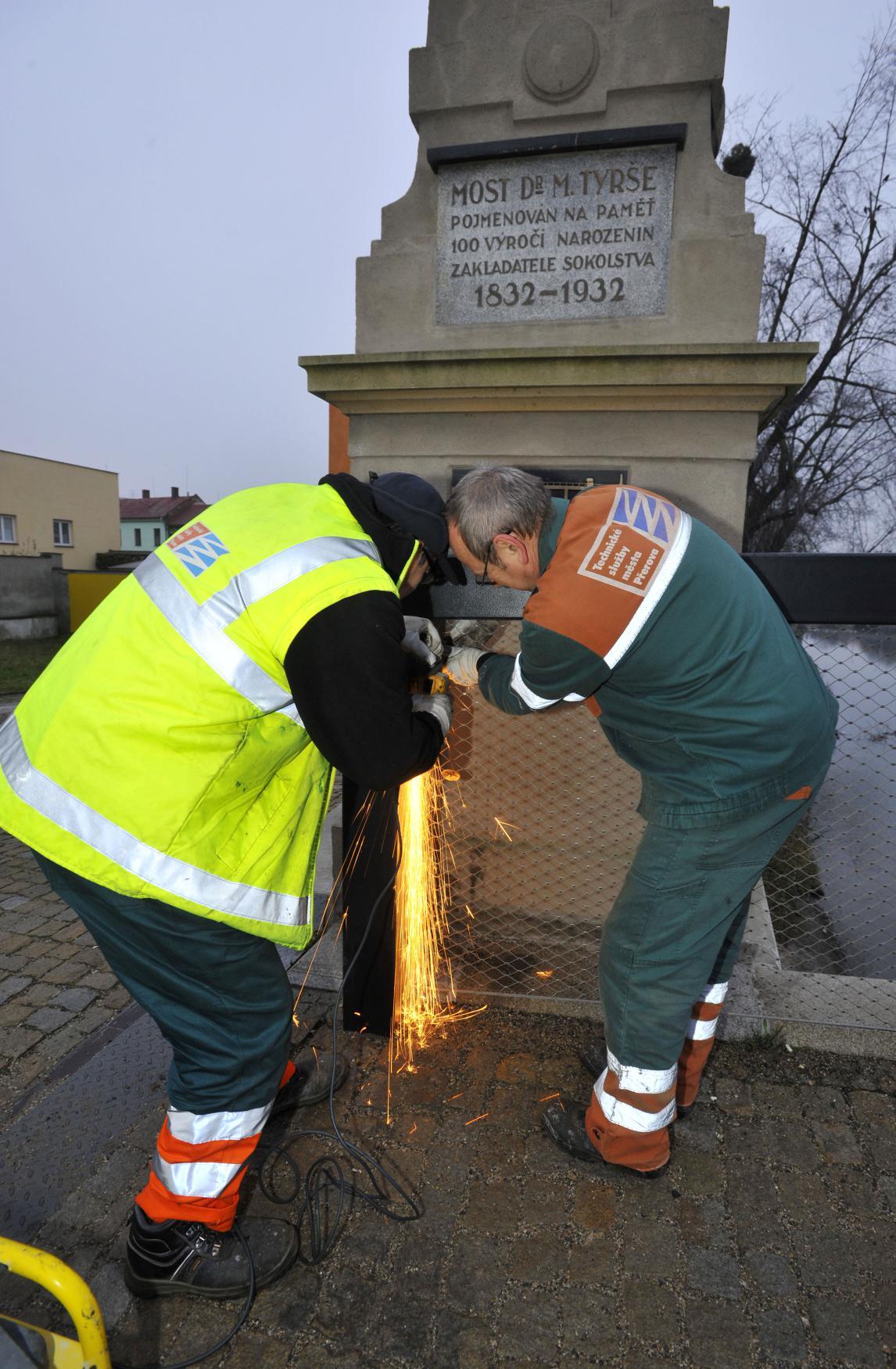 Odstraňování zámků z Tyršova mostu