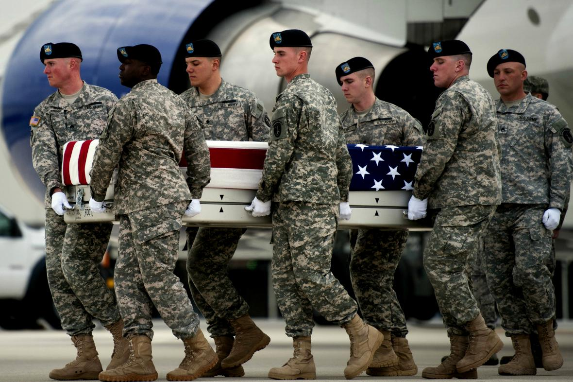 Američtí vojáci nesou rakev s pozůstatky padlého kolegy Michaela Cablea