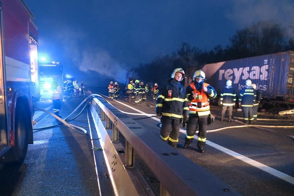 Nehoda dvou kamionů na dálnici D2