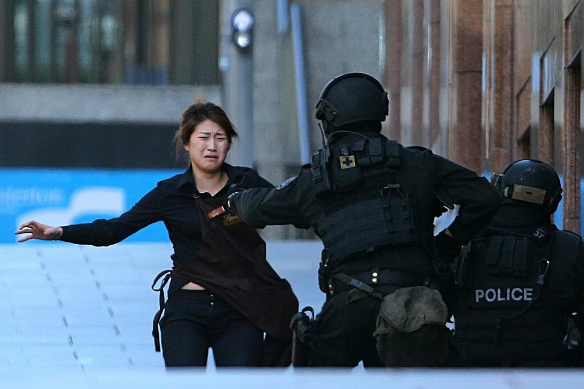 Prchající rukojmí a policie v Sydney