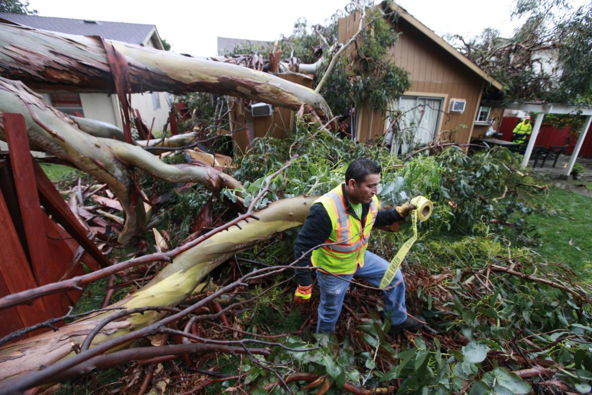 Vyvrácené stromy v kalifornském Union City