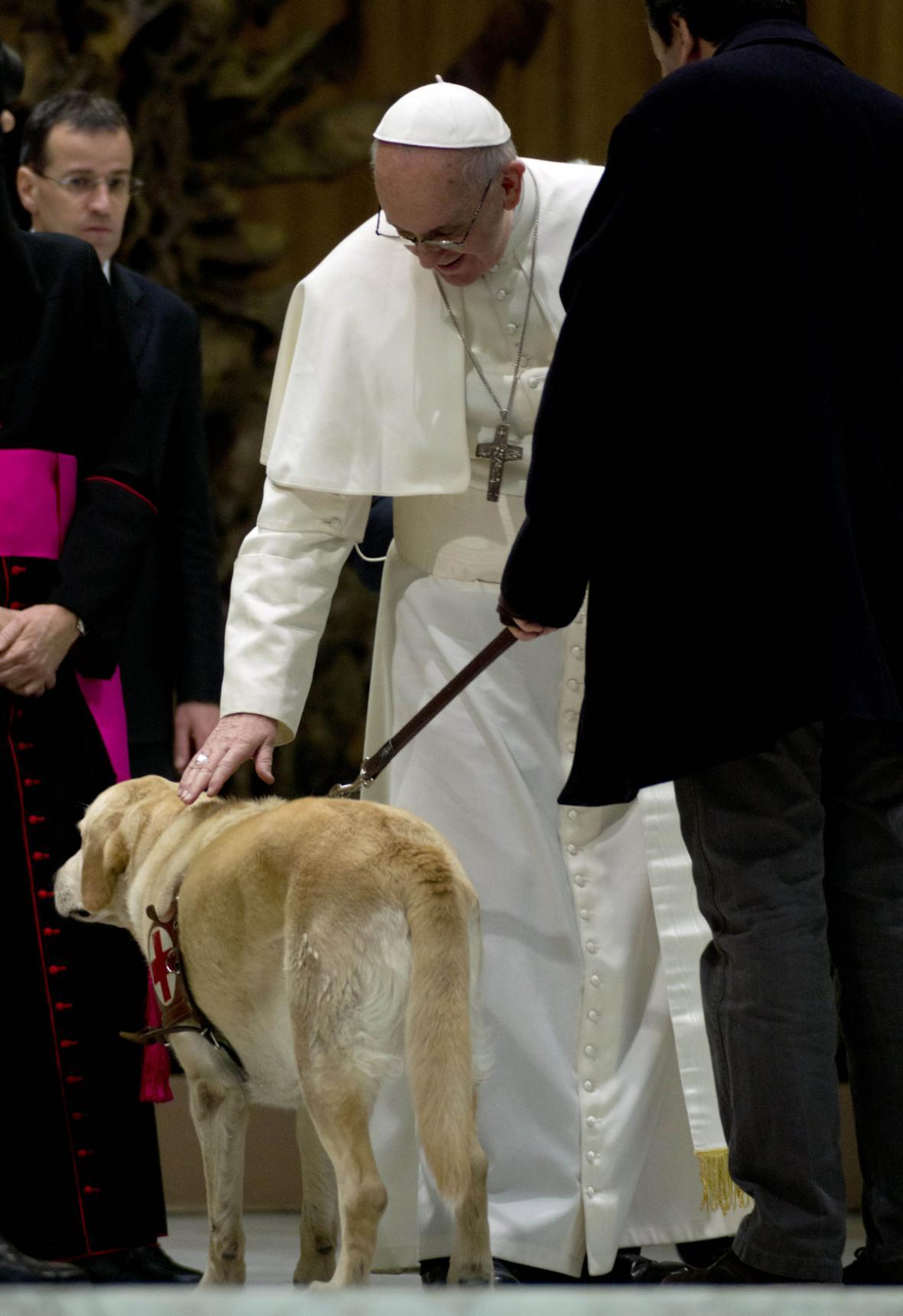 František dává požehnání psovi nevidomého novináře