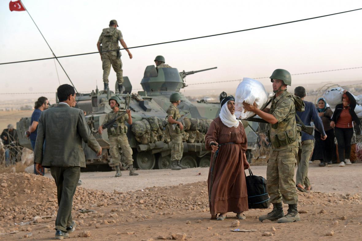 Do Turecka prchají desetitisíce Kurdů