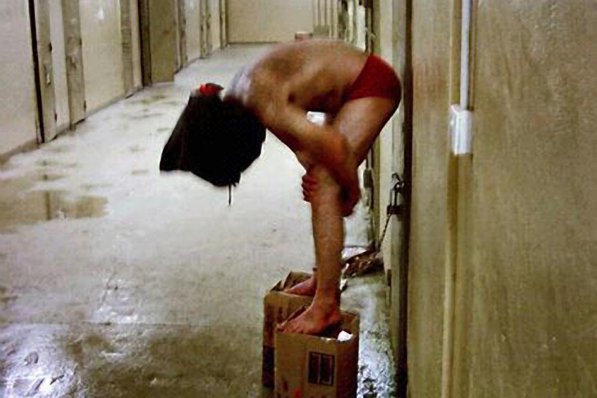 Mučení vězňů v iráckém Abú Ghrajbu