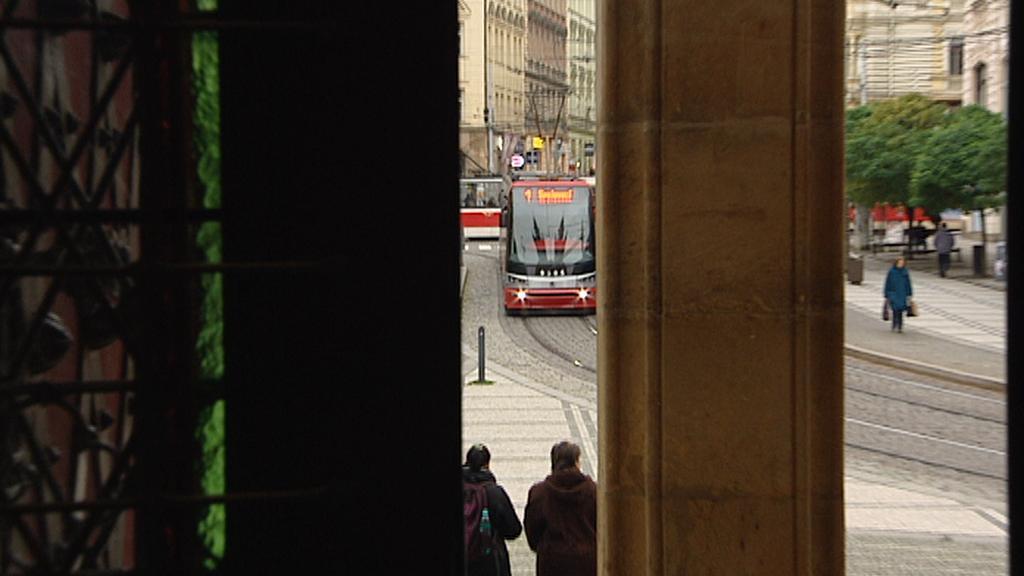 Z interiéru kostela jsou vidět přijíždějící tramvaje