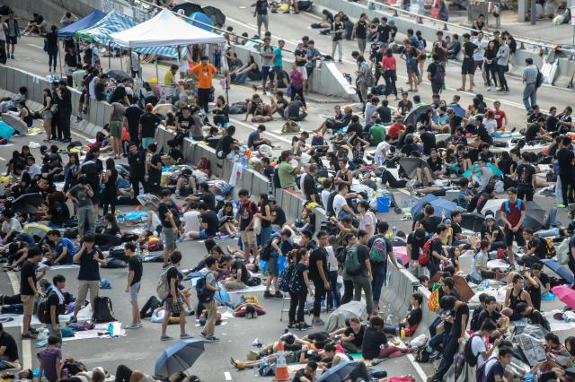 Demonstranti požadují demisi premiéra Leunga