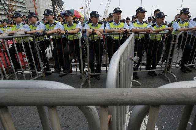 Policie proti demonstrantům použila i slzný plyn
