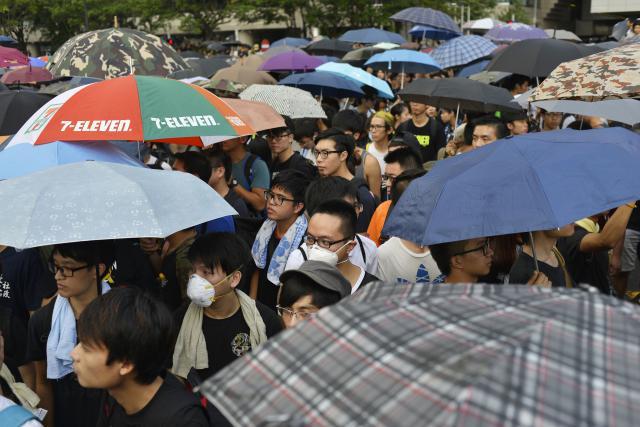 Jedním ze symbolů protestů se stal deštník
