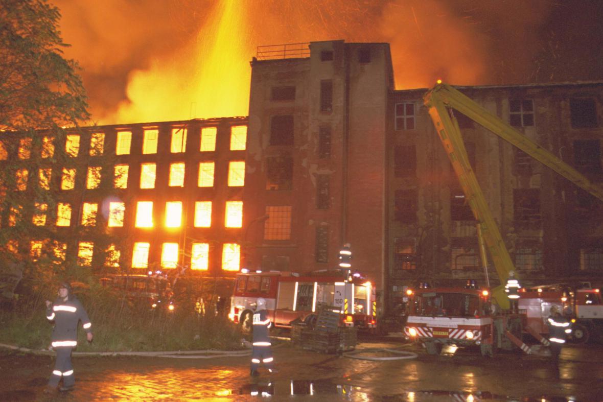 Požár areálu bývalého podniku Vlněna v roce 2001
