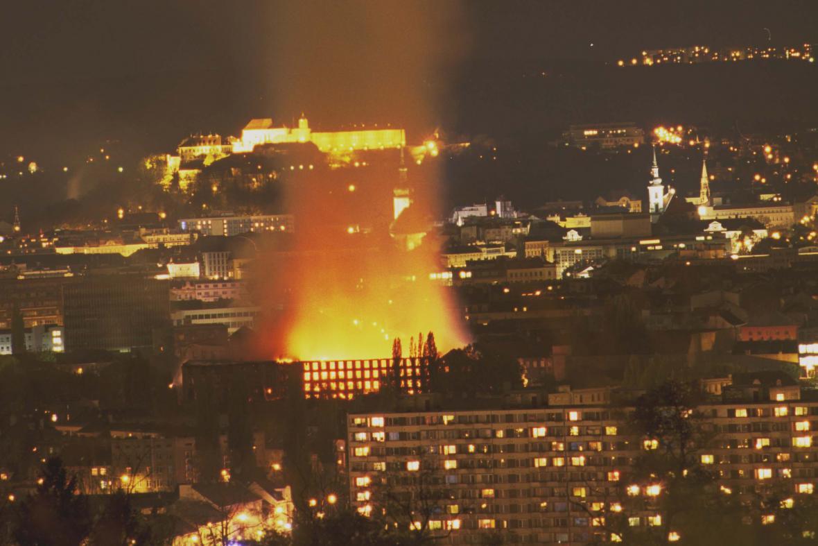Požár Vlněny byl vidět už zdálky