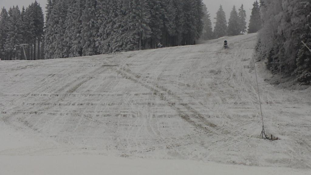 Bublava v Krušných horách na lyžaře zatím čeká