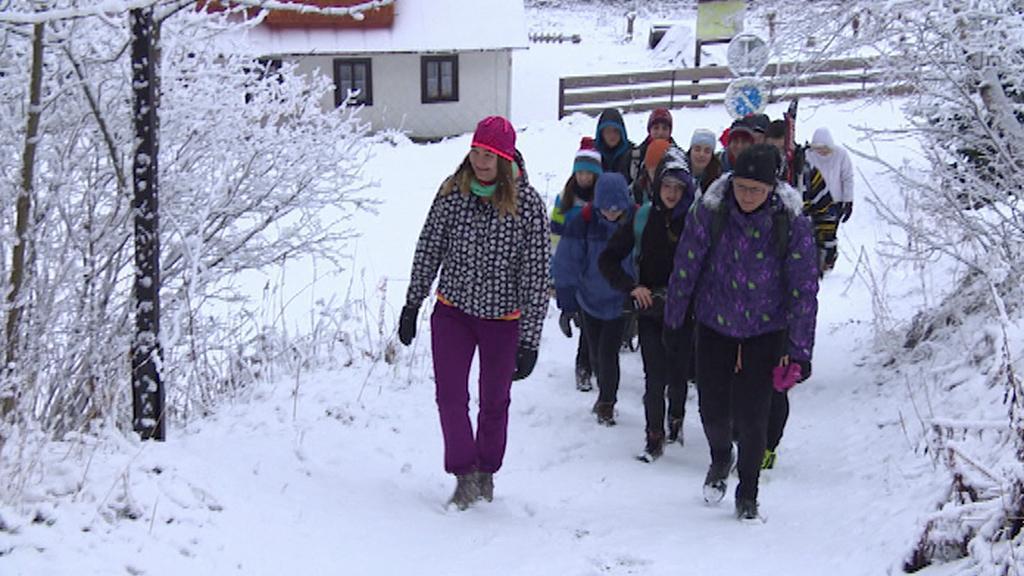 Místo na běžkách musí studenti chodit v Krkonoších pěšky