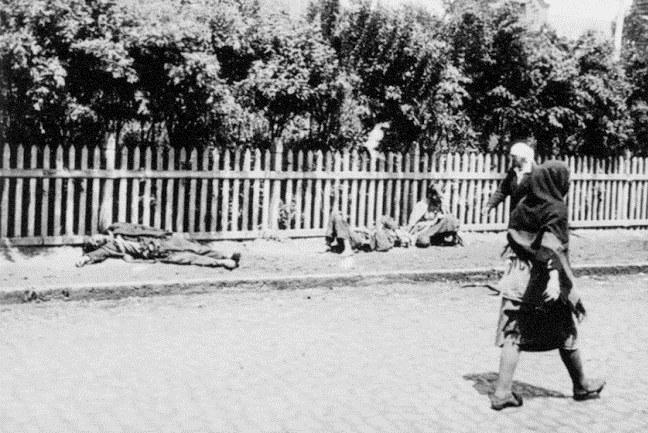 Mrtvoly vyhladovělých lidí v ulicích Charkova roku 1933