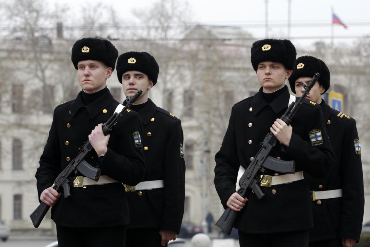Ukrajinští námořníci pochodují v Sevastopolu