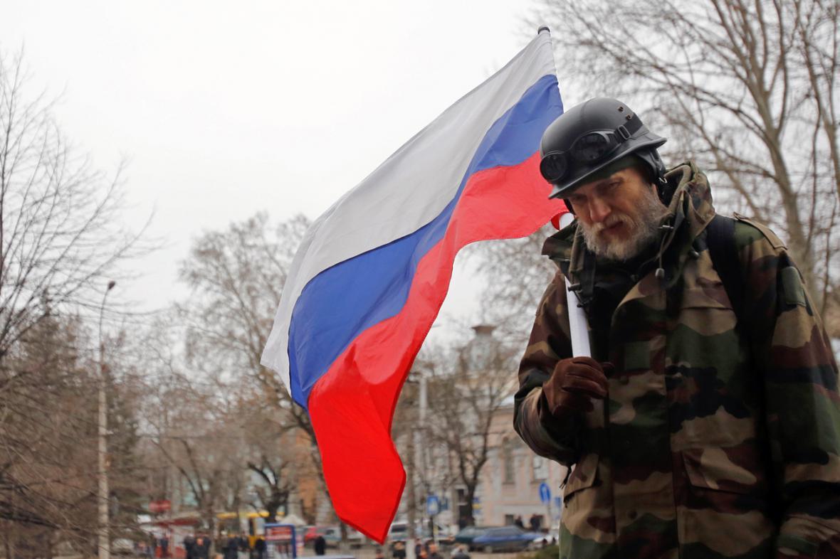 Proruský demonstrant v Simferopolu