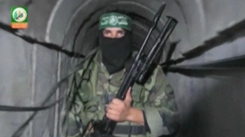 Bojovník Hamasu v tunelu pod hranicí s Izraelem