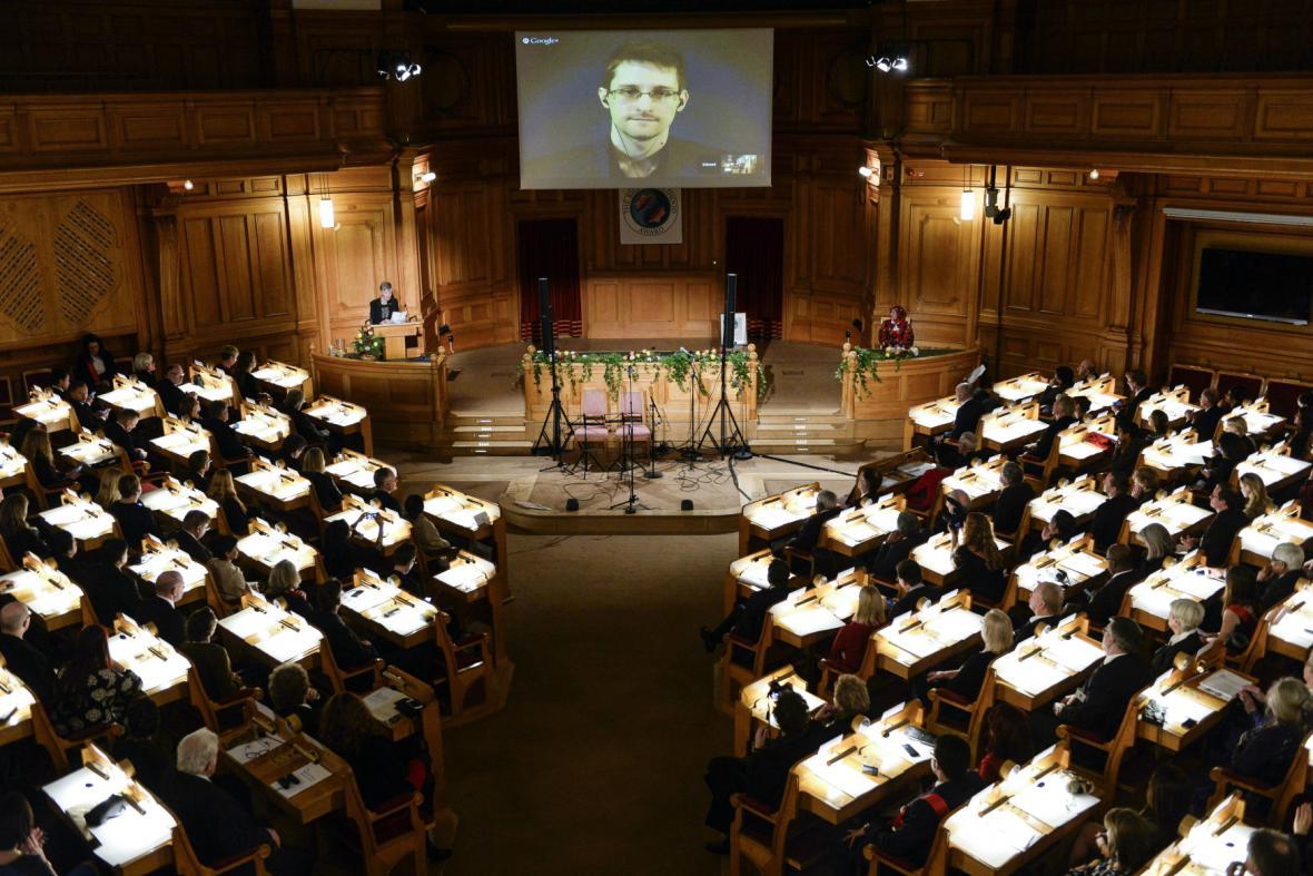 Edward Snowden promluvil na pařížské konferenci AI