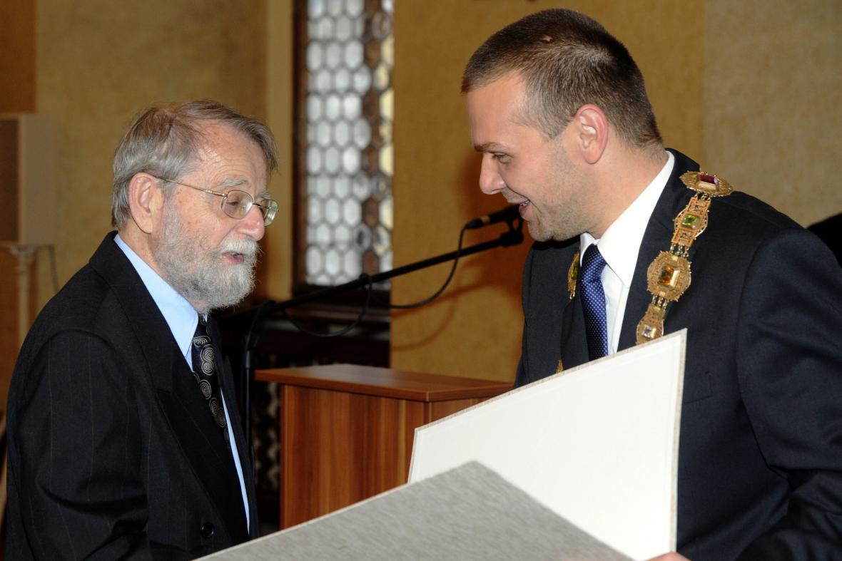 Evžen Neustupný (vlevo) a primátor Martin Baxa