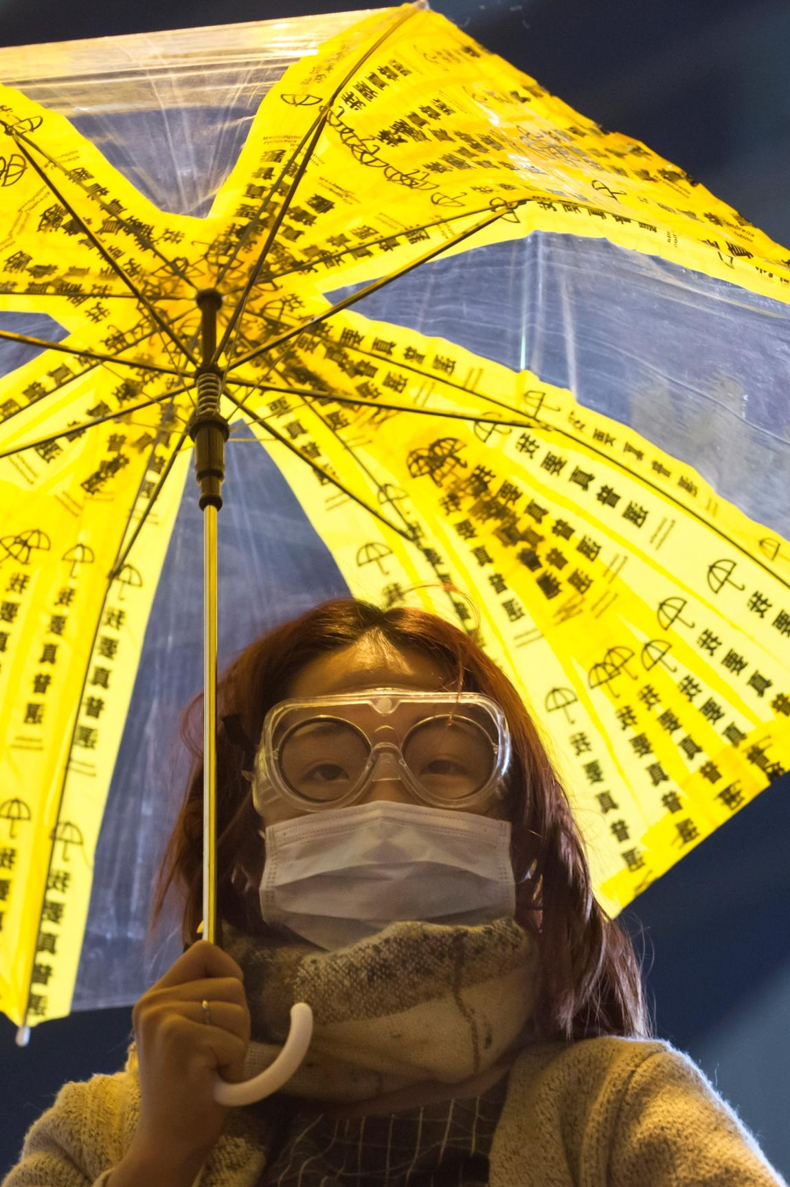 Demonstrantka v ulicích Hongkongu