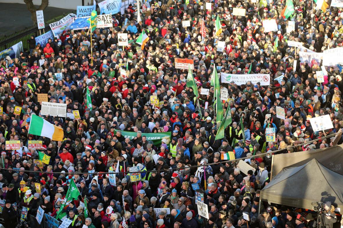 Irové protestují proti poplatkům za vodu