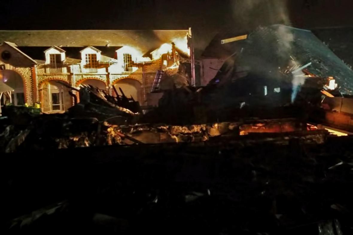 Na domov pro tělesně postižené ve Vouvray se zřítilo vojenské letadlo