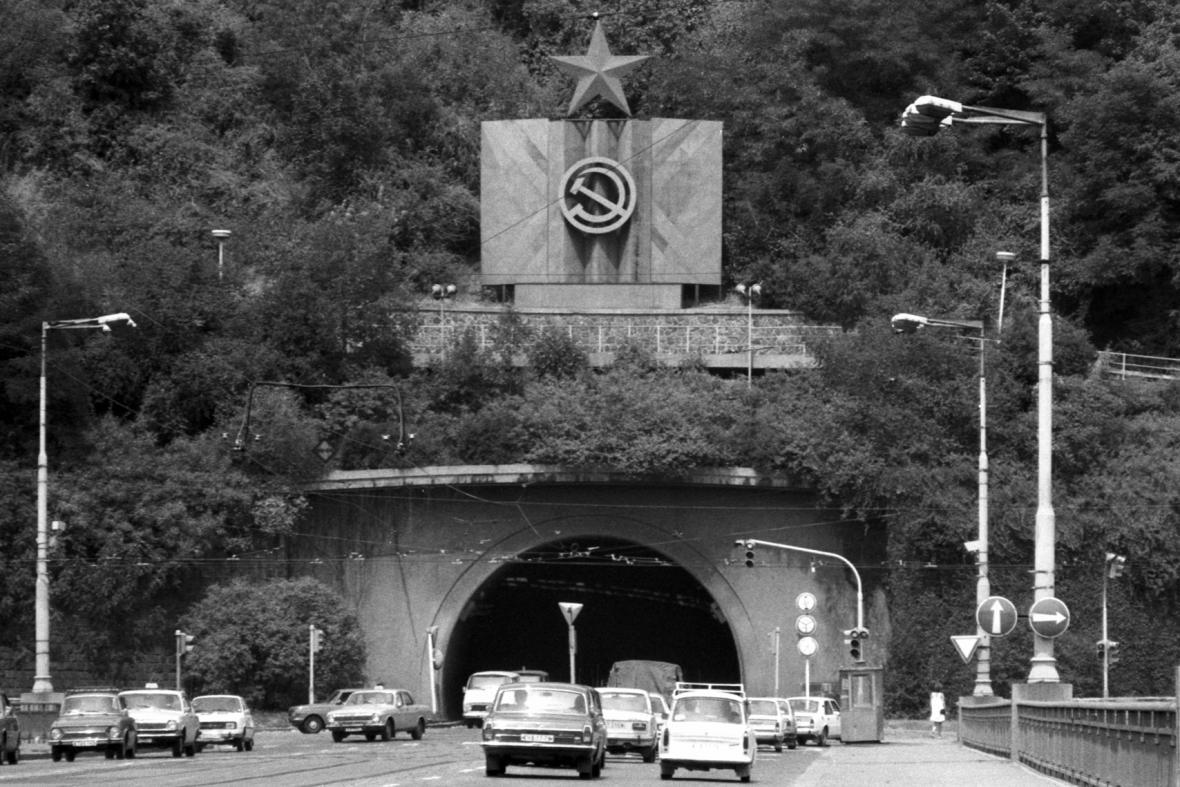 Pohled ze Švermova mostu (dnes Štefánikova) na Letenský tunel