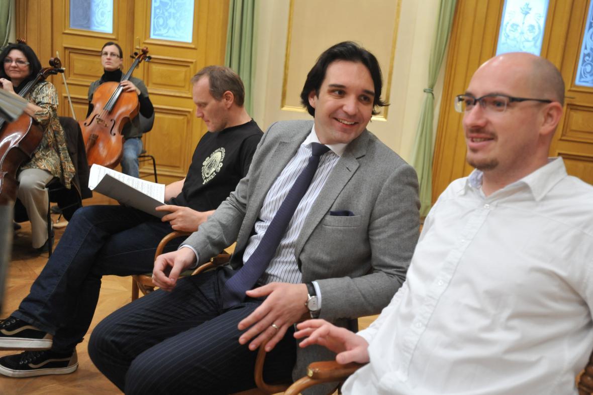 Sólové party zpívají Jiří Hájek (vpravo) a Adam Plachetka