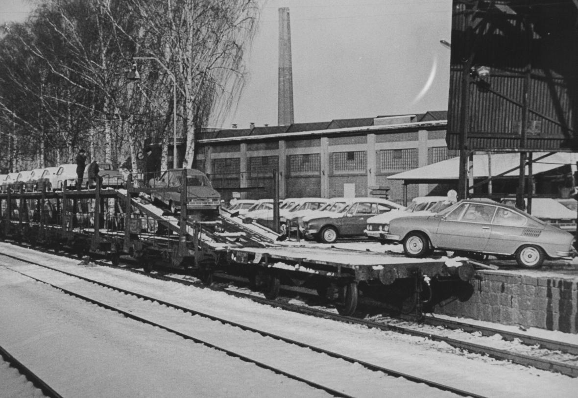 Nakládka nových automobilů Škoda před pobočným závodem v Kvasinách roku 1970