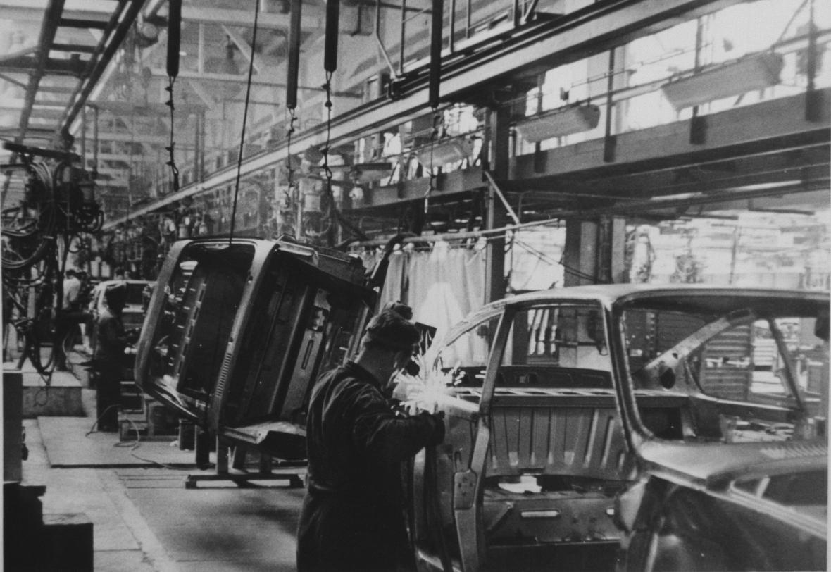 Sváření skeletu Škody 110 R Coupé v nové svářovně. Konec 70. let.
