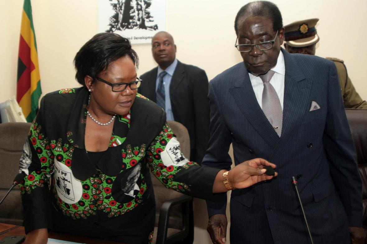 Joice Mujuruová a Robert Mugabe