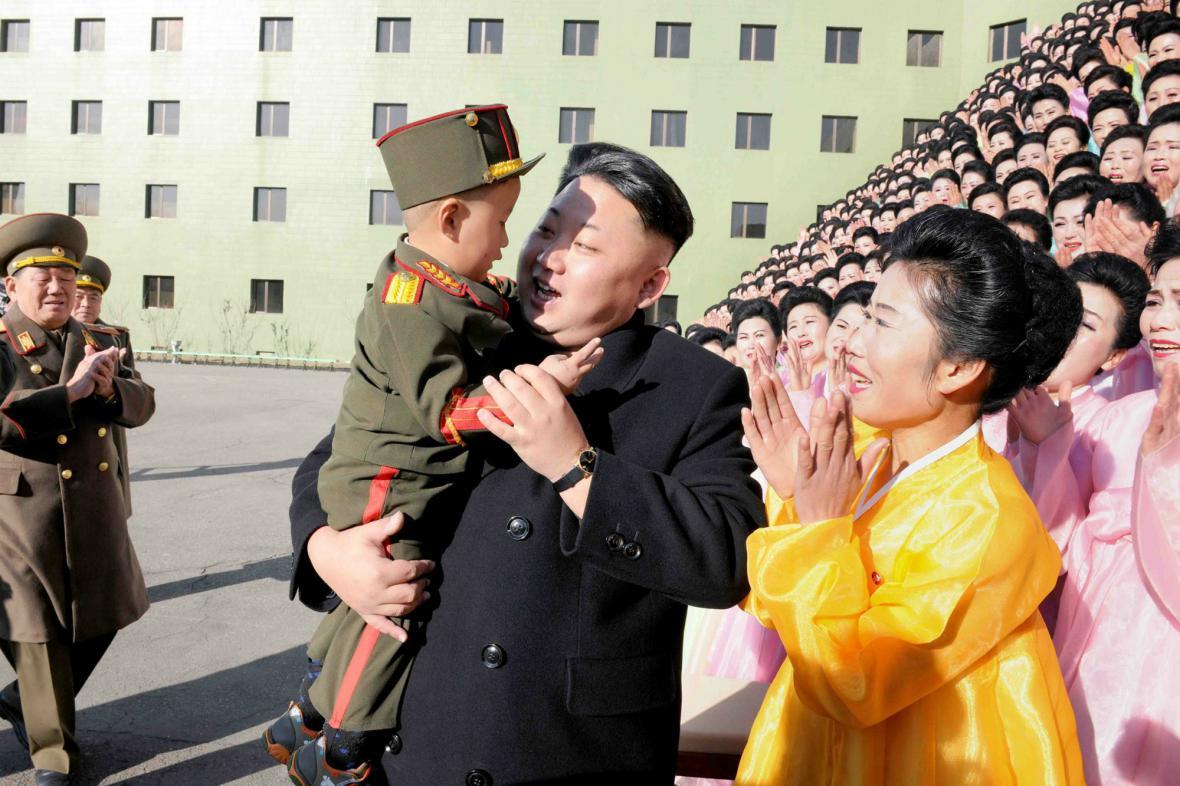 Kim Čong-un při setkání s manželkami vojáků