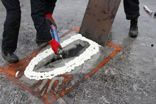 Odstraňování nevybuchlého granátu ze střechy muničního skladu