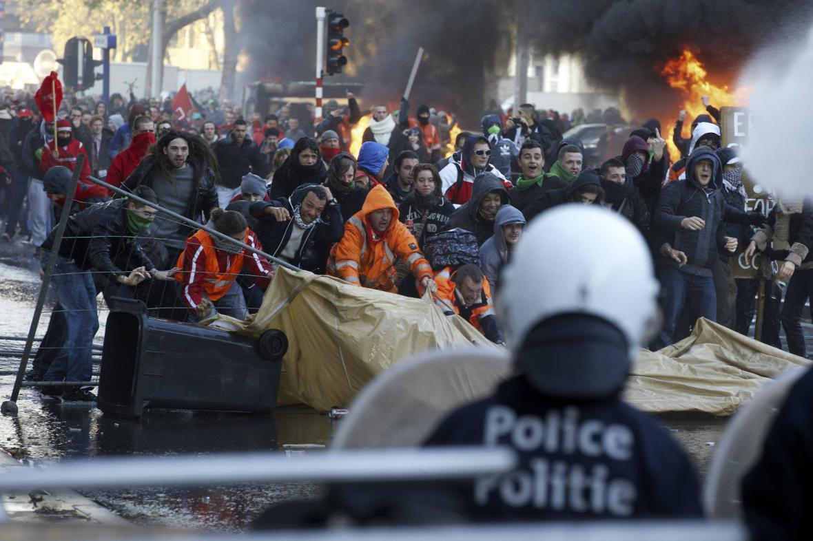 Střety demonstrantů s policií v centru Bruselu