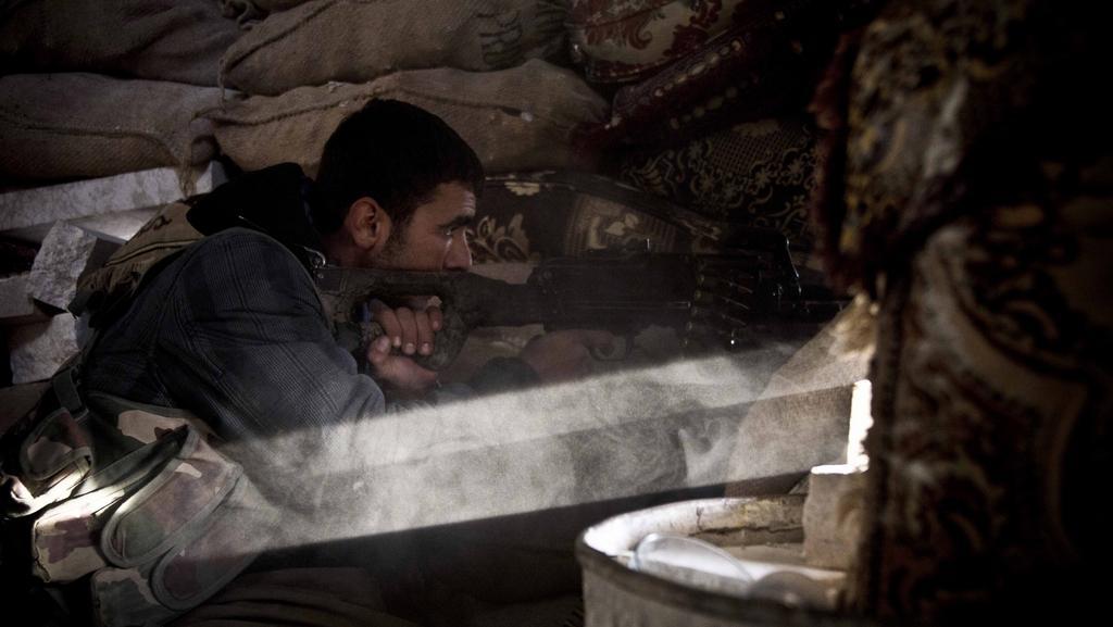 Kurdský voják střeží jeden ze strategických bodů v Kobani