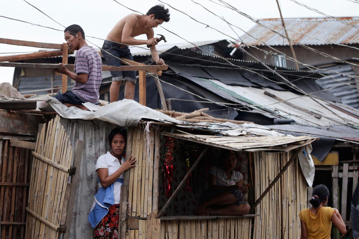 Lidé v pobřežních oblastech Manily se připravují na příchod tropické bouře Hagupit