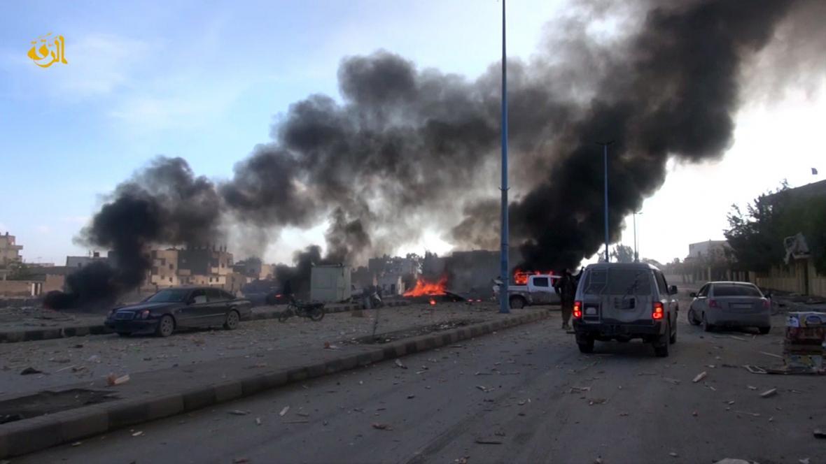 Hořící vozy v syrské Rakká