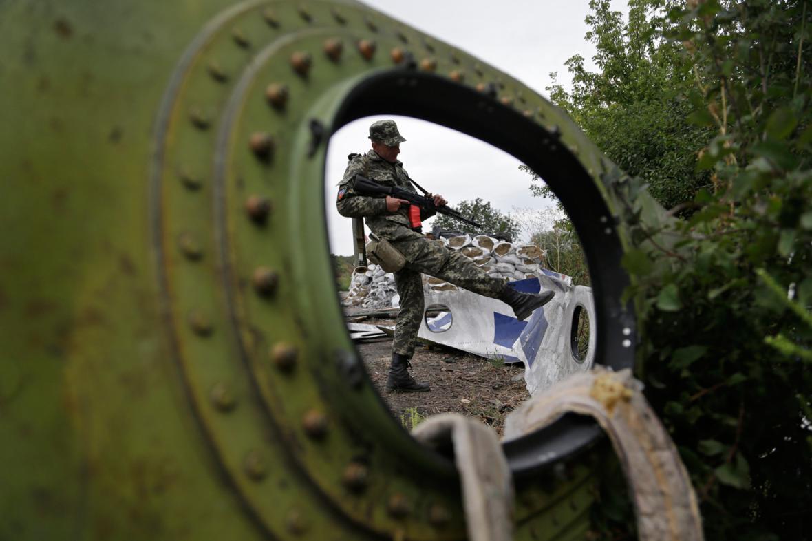 Proruský ozbrojenec na místě pádu malajsijského letadla
