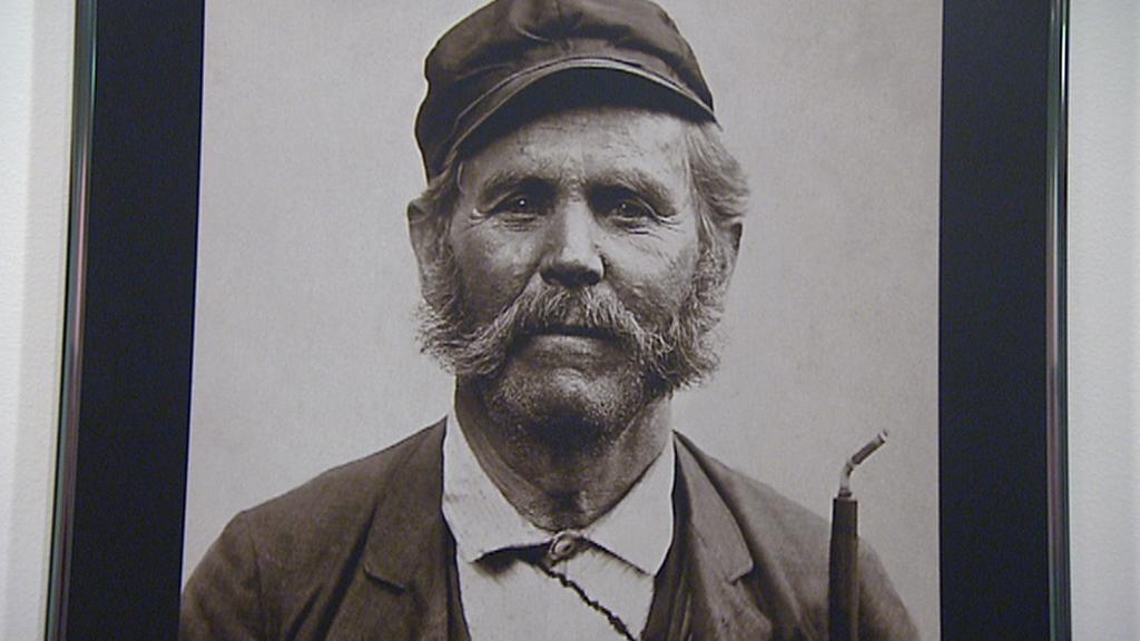 Archivní fotografie pracovníka pošty
