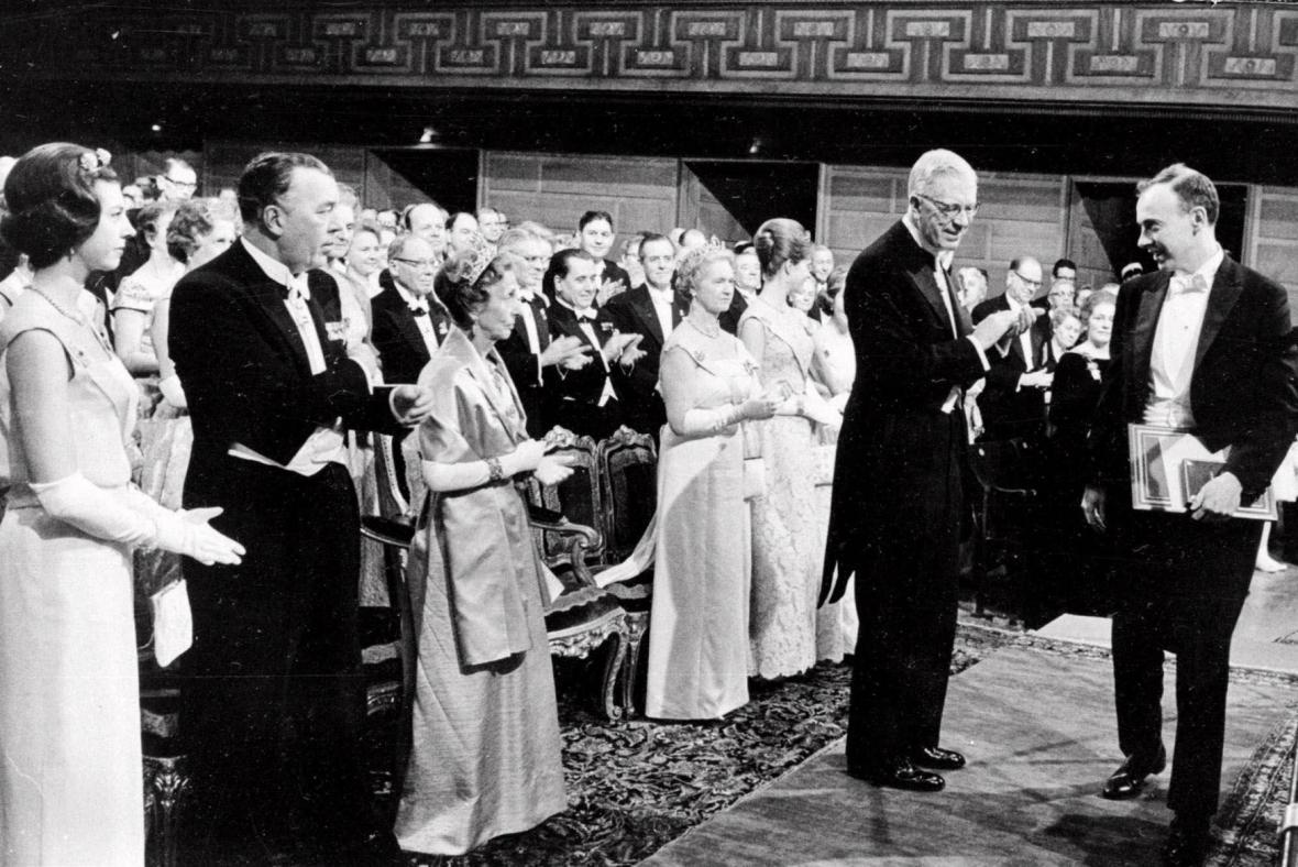 James Watson získává Nobelovu cenu