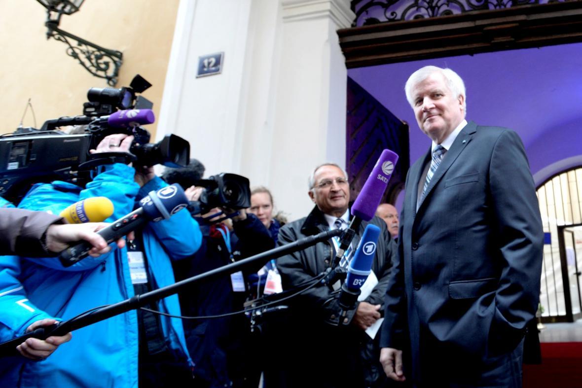 Horst Seehofer otevírá bavorské zastoupení v Praze