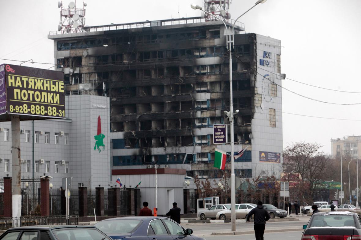 Vyhořelá budova nakladatelství po atentátu v Grozném