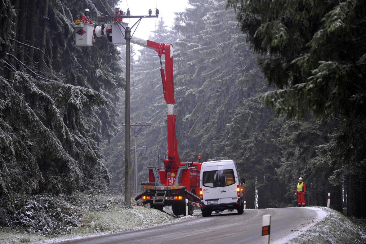 Ledovka poškozuje elektrické vedení