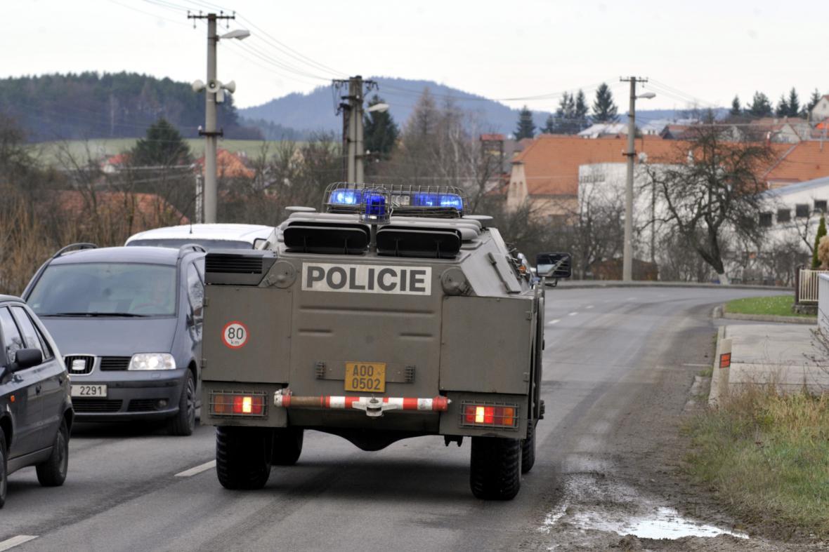 V okolí Vrbětic jsou desítky policistů a pyrotechniků