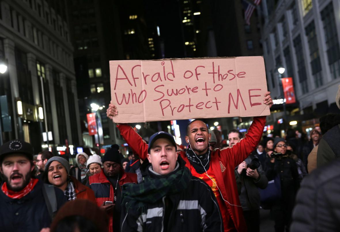 Newyorské protesty proti rozhodnutí v případě policisty, jehož zásah zabil člověka