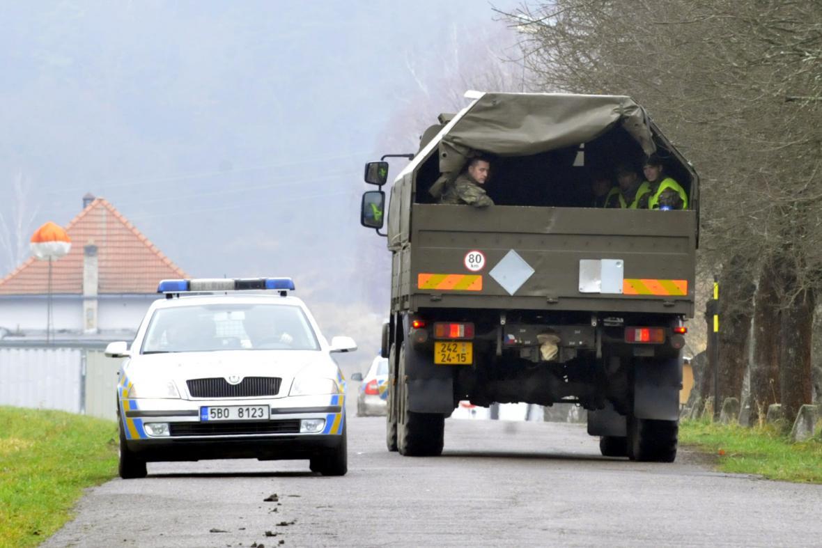 Do Vrbětic se vrátily desítky policistů