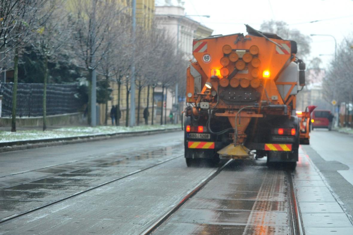 V ulicích Brna byly od rána desítky posypových vozů
