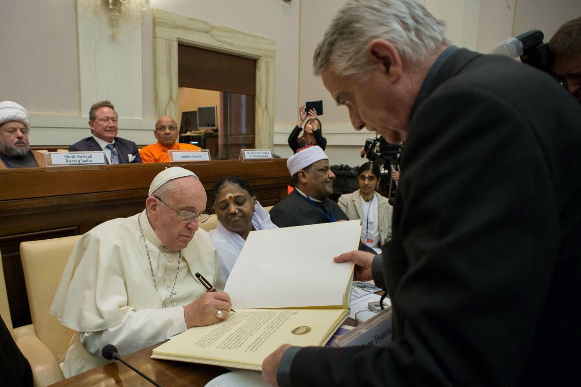 František podepisuje deklaraci proti otroctví