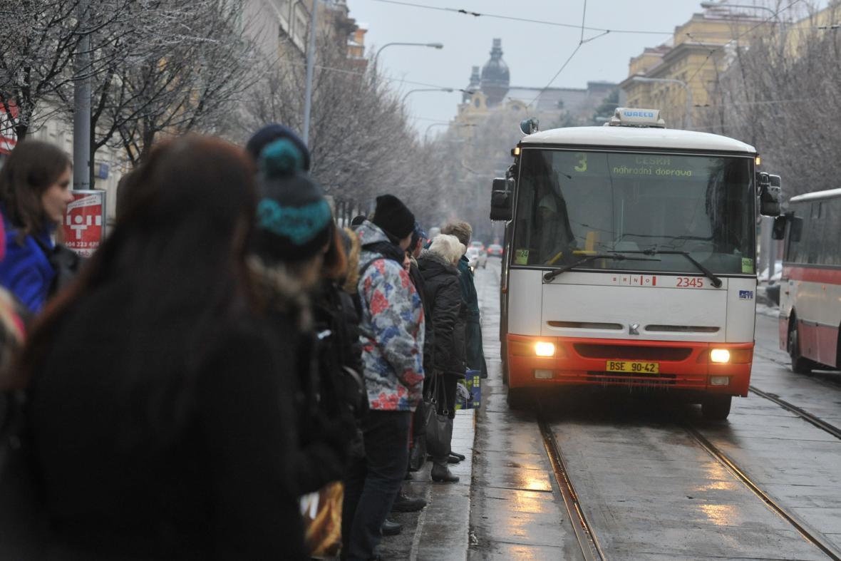 Tramvaje kvůli ledovce na některých linkách nahradily autobusy
